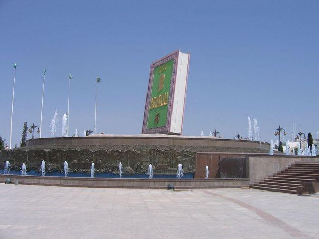 Big_Ruhnama_Statue